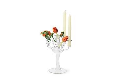 Combina velas con flores en un candelero