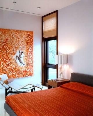 Un dormitorio en naranja y gris.