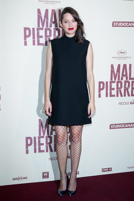 Marion Cotillard reaparece luciendo savoir faire frances, tripita y medias de rejilla