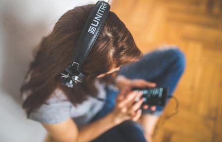 Chica Escuchando Smartphone