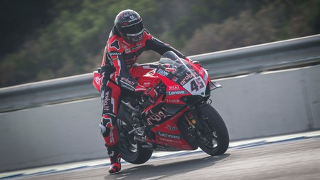 Scott Redding consigue su primera victoria con Ducati en Superbikes y es el nuevo líder del mundial