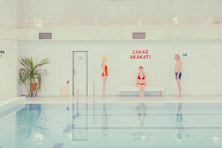 'Swimming pool', de Maria Svarbova, geometría y tonos pastel para recrear un sugerente mundo acuático