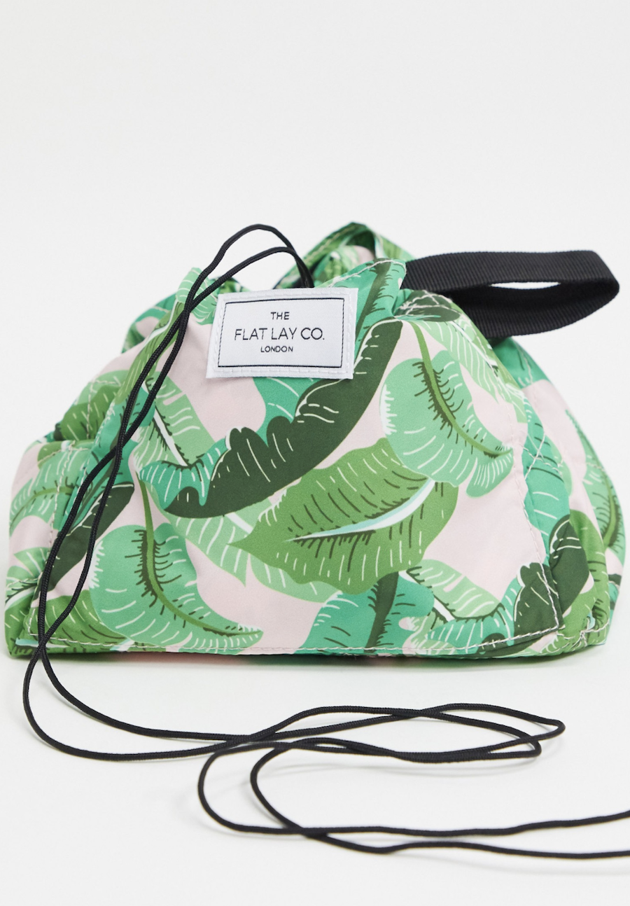 Neceser con cordón ajustable y estampado tropical de Flat Lay Co