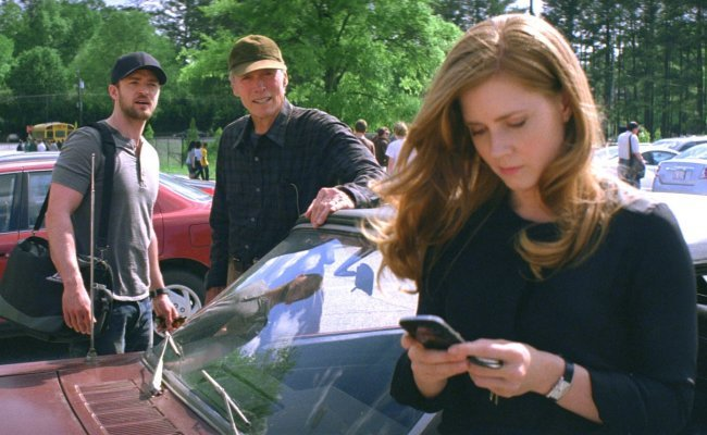 Justin Timberlake, Clint Eastwood y Amy Adams en una escena de Golpe de Efecto