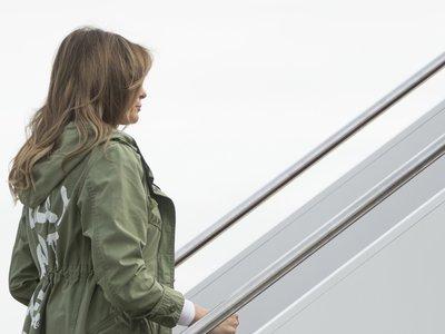 Y con el primer outfit de Zara de Melania Trump llegó el escándalo: visita a los niños inmigrantes con la parka más polémica