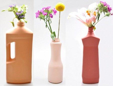 Jarrones de cerámica que imitan diversos recipientes plásticos