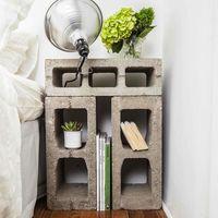 Una buena idea: usar bloques de hormigón como mesilla de noche