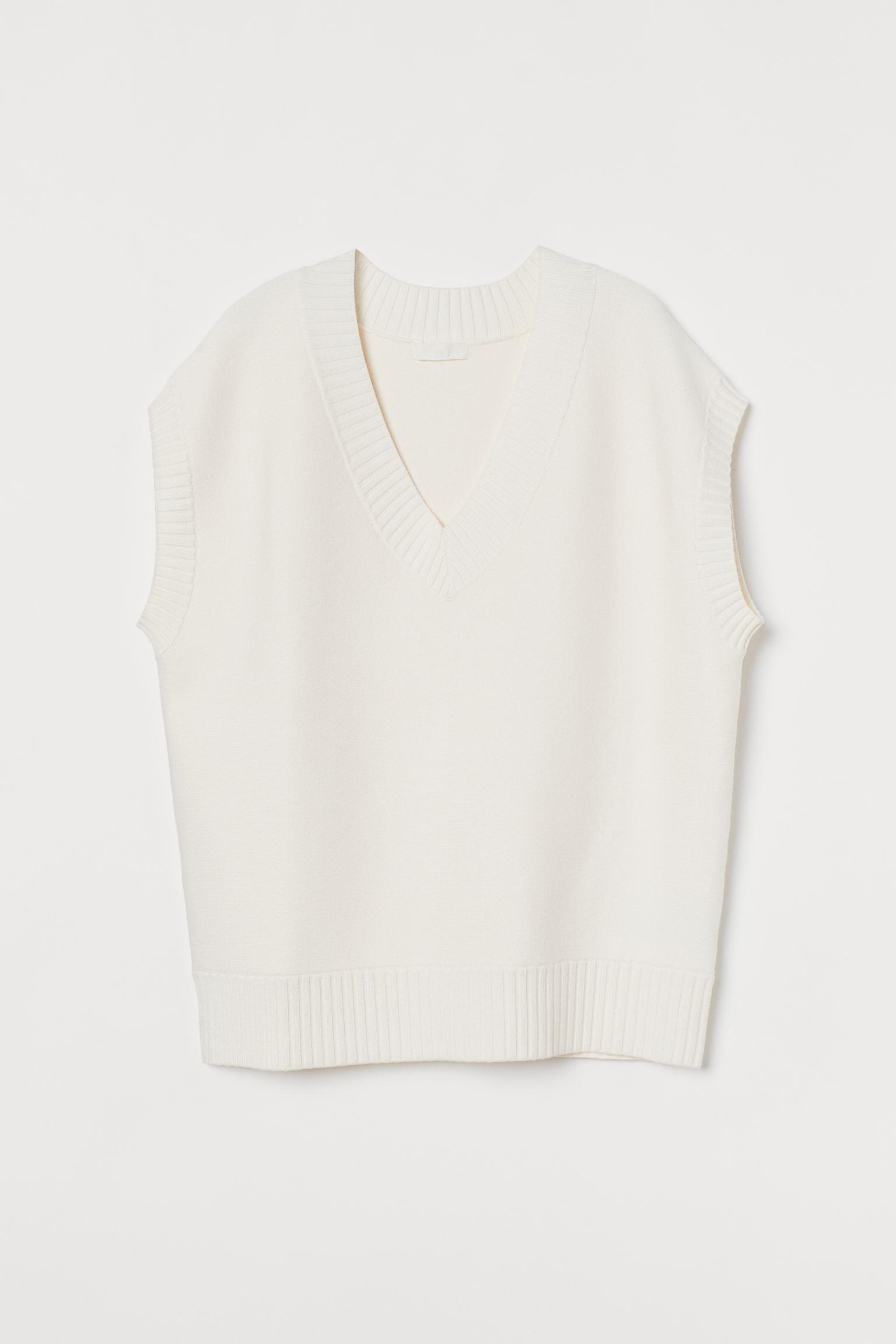 Suéter sin mangas en viscosa suave. Modelo oversize con escote en V y remate de canalé en cuello, sisas y bajo.