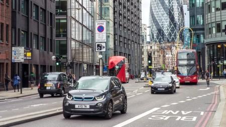 Reino Unido iguala a los coches híbridos con los diésel o gasolina para prohibir su venta y plantea adelantar el veto a 2035