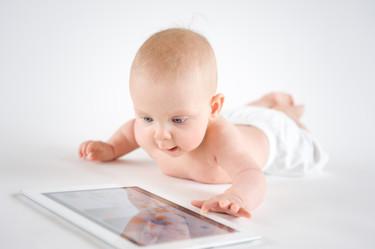 Casi la mitad de los niños menores de dos años utiliza tablets y móviles