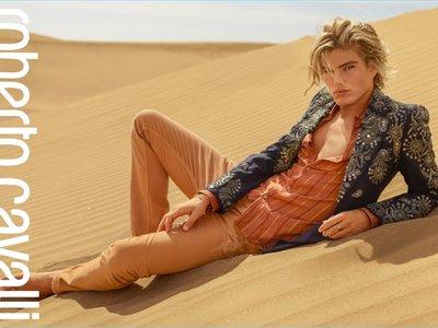 Nos vamos al desierto con Jordan Barrett por la campaña primavera-verano 2017 de Roberto Cavalli