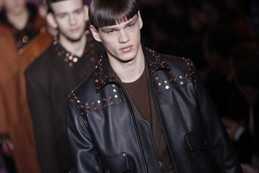 Las cadenas y el nuevo logo de Givenchy con estrellitas los protagonistas absolutos del desfile otoño-invierno 2016
