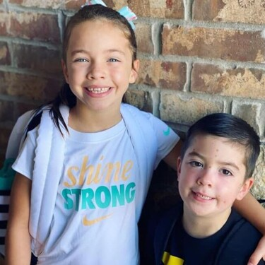 El niño con leucemia que protagonizó una impactante fotografía viral junto a su hermana, celebra el fin de su tratamiento