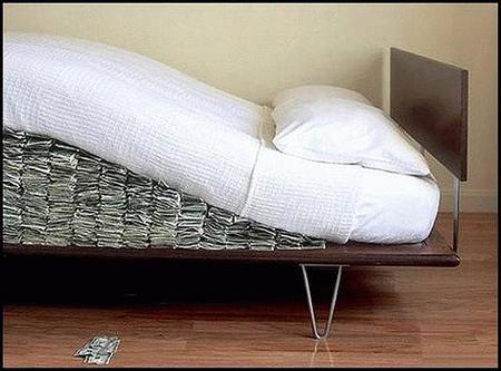 ¿Por qué es mala idea guardar los ahorros en un colchón?