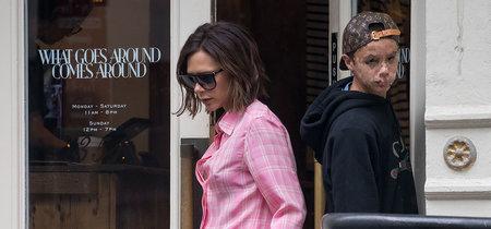 Cuando Victoria Beckham lleva el dos piezas estampado y pijamero perfecto sólo podemos rendirnos a sus pies