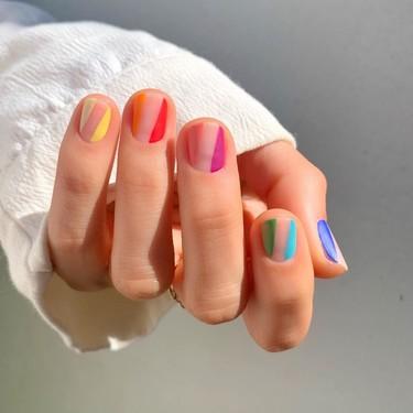 Añade originalidad (y diversión) a tus días con una manicura multicolor