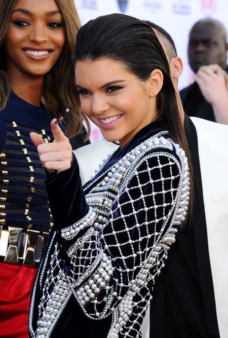 Kendall y Kylie Jenner saben cómo lucir un Balmain con dos estilos distintos en los Billboard 2015