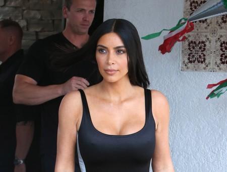 Kim y Khloé Kardashian optan por los ajustados. ¿Eres más del blanco o del negro?