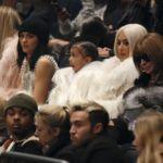 Kim Kardashian vuelve al rubio platino, y todo para asistir a la nueva colección de Kanye West