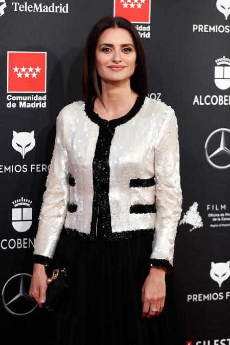 Penélope Cruz apuesta por la sobriedad del blanco y negro de Chanel con el toque de distinción que aportan las lentejuelas