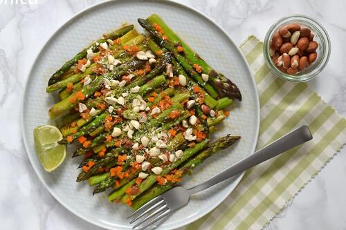 Espárragos a la plancha con salsa rápida de lima, cacahuetes y coco: receta saludable de primavera