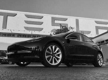 Este es el primer Tesla Model 3 fabricado: Elon Musk se lo regala por su 46 cumpleaños