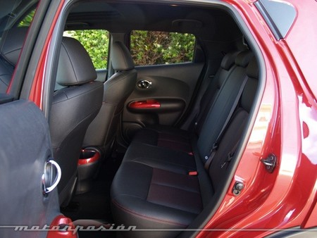 Nissan Juke 2014 interior rojo asientos traseros