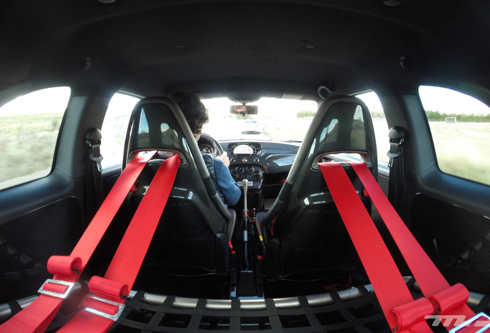 Foto de Abarth 695 Biposto vs BMW M2 (13/44)