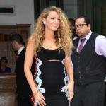 ¡Blake Lively apuesta por Versace y continúa dejándonos looks premamá de infarto!