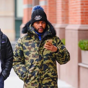 Abrígate como The Weeknd: con una parka con estampado camuflaje