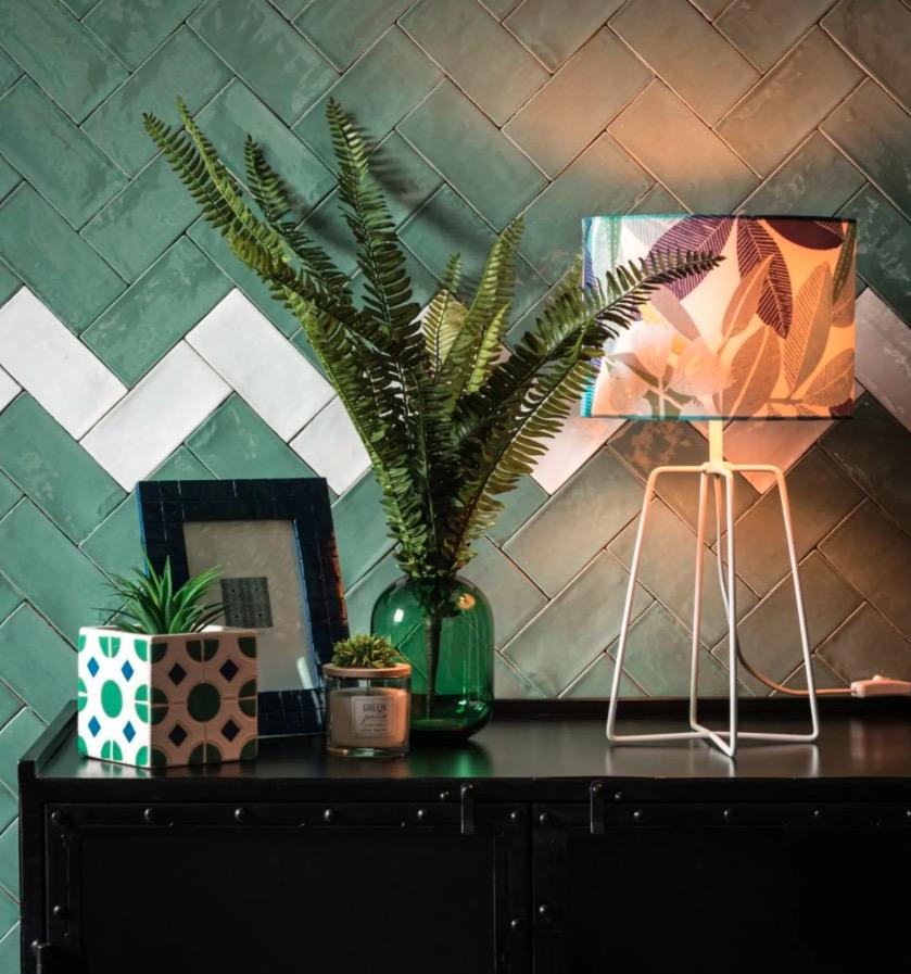 Lámpara de metal blanco y pantalla blanca con estampado con motivos vegetales