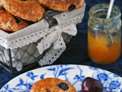 Scones de cerezas y yogur griego. Receta para un buen desayuno veraniego