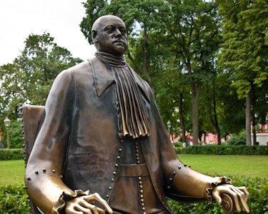 La curiosa estatua sedente de Pedro I, en San Petersburgo