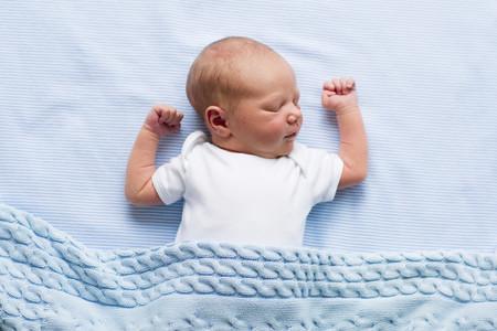 En la cuna del bebé, ni mantas ni almohadas: la ropa de cama es causante de casi el 70% de los casos de muertes por asfixia