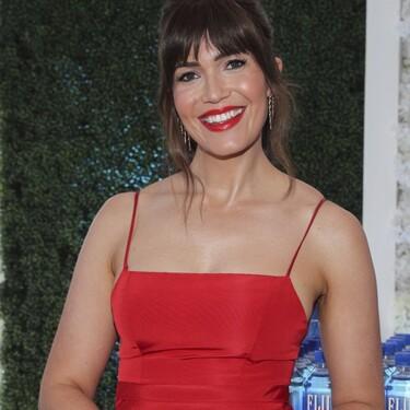 Premios Emmy 2021: Mandy Moore está espectacular de rojo y con ese flequillo tan favorecedor