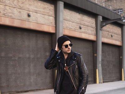 La chaqueta biker revive el total black look perfecto para llevar en primavera