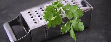Cómo deshojar fácilmente perejil, cilantro y otras hierbas frescas: otro truco de cocina que nos enseña TikTok