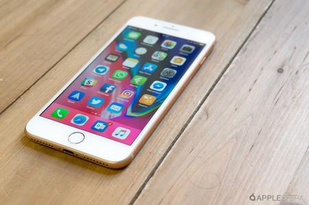 iPhone desbloqueado encima de la mesa