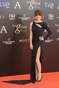 Alfombra roja de los Premios Goya 2013: Blanca Suarez de negro y enseñando pierna