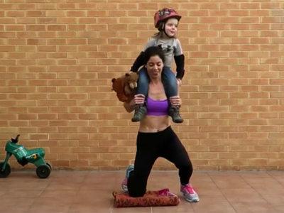 Madre fitness que entrena a la vez que juega con sus cuatro hijos