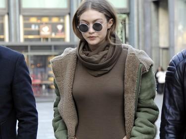 Gigi Hadid se marca un total green en chándal, y sigue estando increiblemente guapa