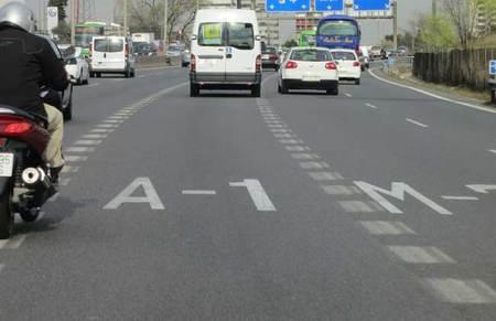 Para Citroën, esta señalización horizontal indicando el carril hacia la A1 a la salida de Madrid es un graffiti. ¡Como se enteren en la DGT!