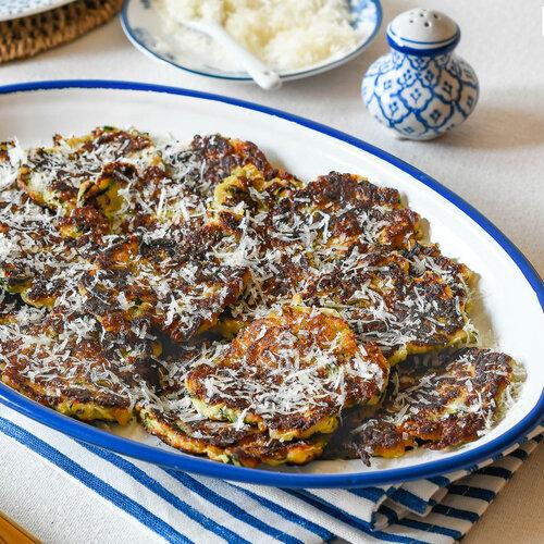 Buñuelos de calabacín y parmesano, sabrosos, aromáticos y crujientes: la receta del verano