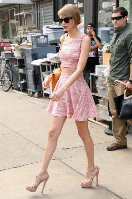 Taylor Swift look calle top moda