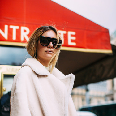 Todas las maneras de combinar un abrigo de pelo beige, la prenda que está arrasando en el street-style