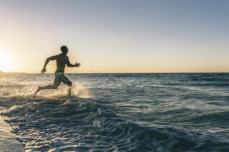Correr dentro del agua para entrenar con un menor riesgo de lesión