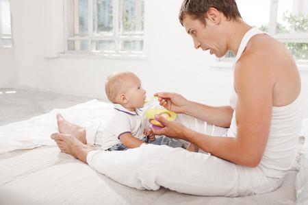 Papa Alimentando Bebe