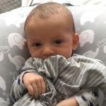 Un papá consigue calmar a su bebé al darle una camiseta usada de mamá