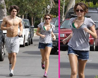 """Miley Cyrus y Justin Gaston salen a correr muy """"naturales"""""""