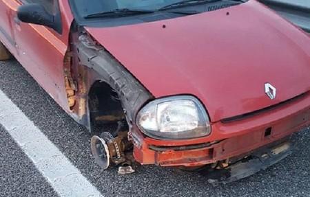 ¡De locos! Conducía por la autopista ebria, con el coche a tres ruedas y circulando 28 kilómetros en sentido contrario